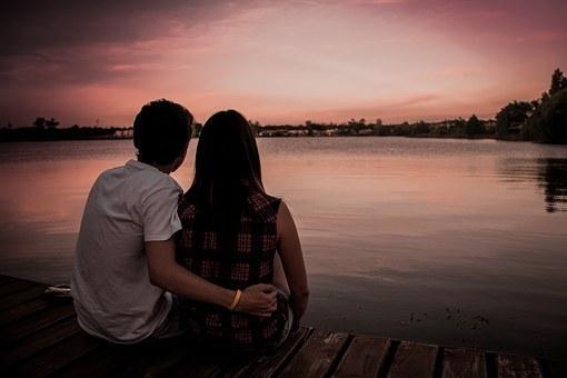 小A(女)和小B原为一对夫妻,因为双方感情不和小A向法院提交了离婚起诉状,因为法院考虑双方感情还有回旋之地,第一次起诉并没有判决离婚。在判决生效后,双方的感情并没有变好,仍旧一直处于分居状态。后来因为小B将双方共同购买的属于双方夫妻财产的车隐藏,小A在找小B理论的过程中被小B打了,小A因此拨打了110报警。警察处理后,小A去医院检查包括买药产生了一系列的费用,因小B拒绝支付其该笔费用,小A无奈找到谢保平律师,希望谢律师能够帮助她通过法院向小B讨要此笔费用。 谢律师自接受委托后,先是详细了解了当天发生的具体情况以及背景事件,又搜集了小A被小B打了之后的照片、去医院的就诊记录以及相关发票,及时向法院提起了诉讼,在庭审过程中,针对小B的辩称,谢律师在庭审过程中将之前准备的能够充分证明小B对小A具有暴力行为的证据一一向法官展示,后法官认可了这些证据,认定小B对小A的暴力行为直接导致了小A的人身损害,应该承担损害赔偿责任。小A因此获得了医药费赔偿和误工赔偿。 申明:为保护当事人隐私,部分情节有改动,文中人名均为化名。