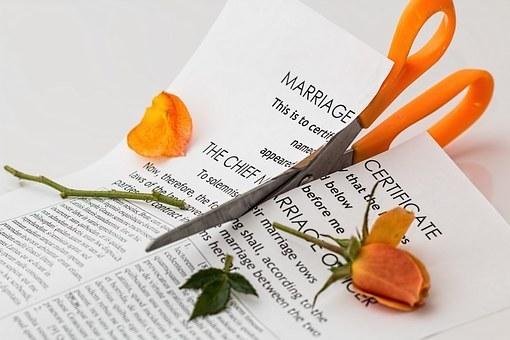 被告不同意离婚时,法院会如何处理离婚财产问题?