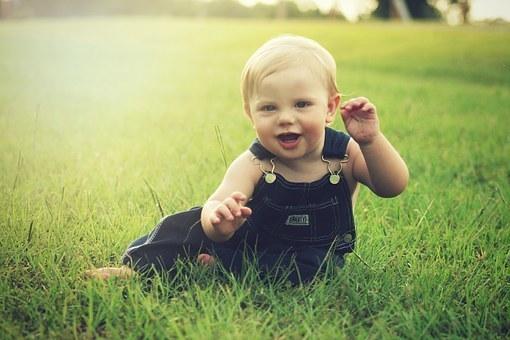 离婚后,不满两周岁的子女原则上由母亲直接抚养,南京离婚律师谢保平免费咨询电话微信:18601404123